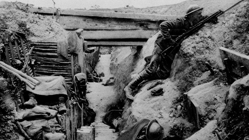 Soldado británico en una trinchera