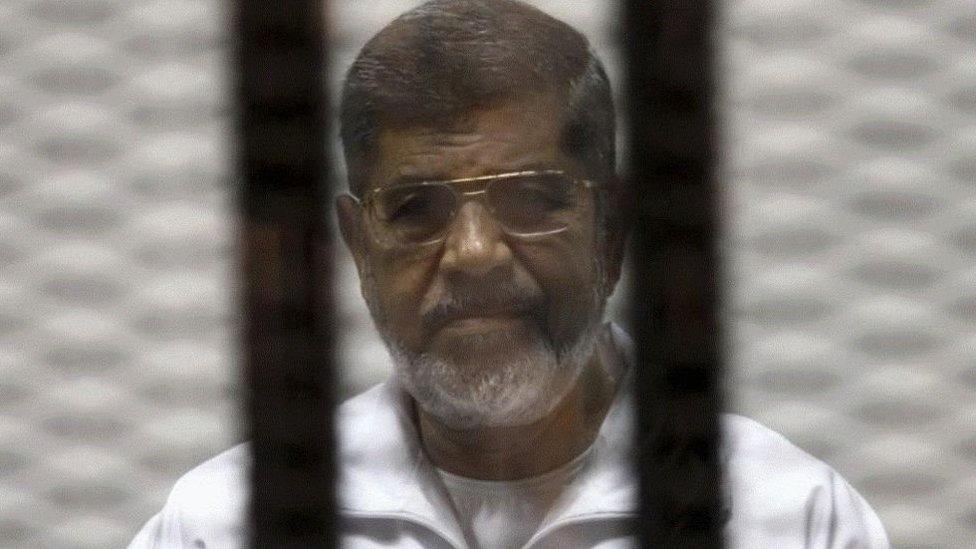 """توفي الرئيس السابق محمد مرسي أثناء إحدى جلسات قضية """"التخابر مع حماس"""""""