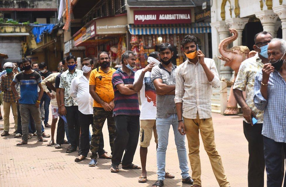 أشخاص ينتظرون التطعيم في الهند