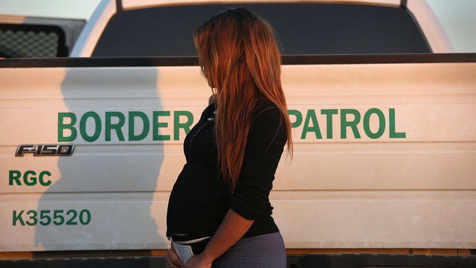 Una mujer embarazada, interceptada por la Patrulla Fronteriza de EE.UU. en Texas.