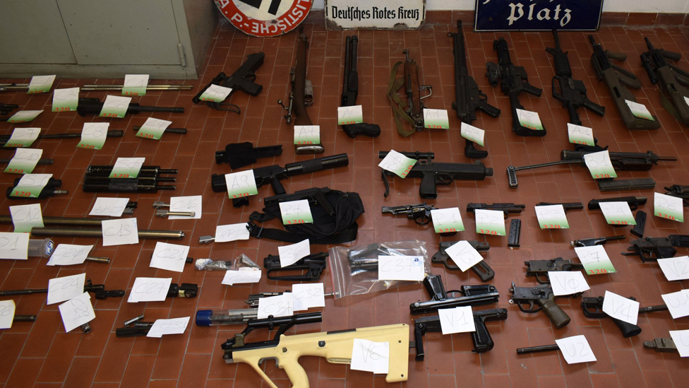 ضبطت الشرطة عددا كبير من الأسلحة والذخيرة