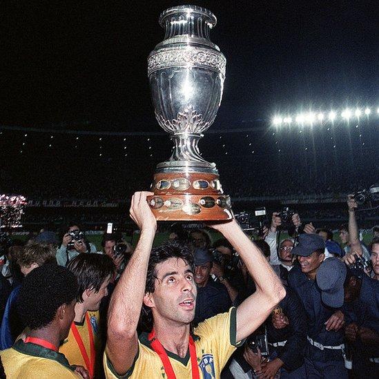 Mauro Galvao celebra con la Copa América en 1989.