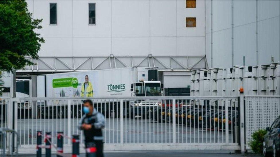 Almanya'da yüzlerce işçinin koronavirüs pozitif çıktığı tesis karantinada