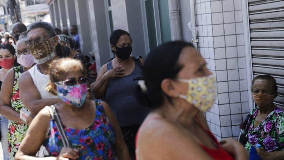 Idosos esperam ser vacinados em Duque de Caxias, no Rio de Janeiro
