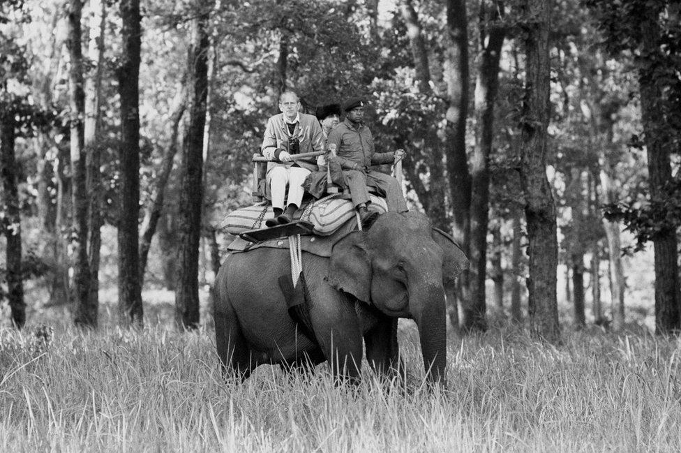 دوق إدنبره وهو يعتلي ظهر فيل أثناء زيارة لمحمية Kanha Game، 1983
