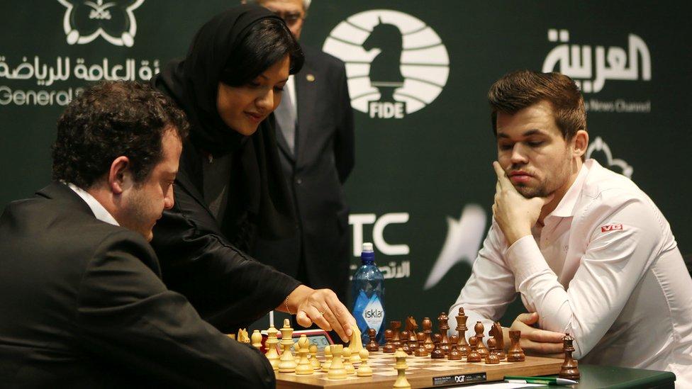الأميرة ريما مع اثنين من لاعبي الشطرنج