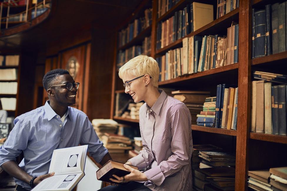 Una pareja coqueteando en una librería.