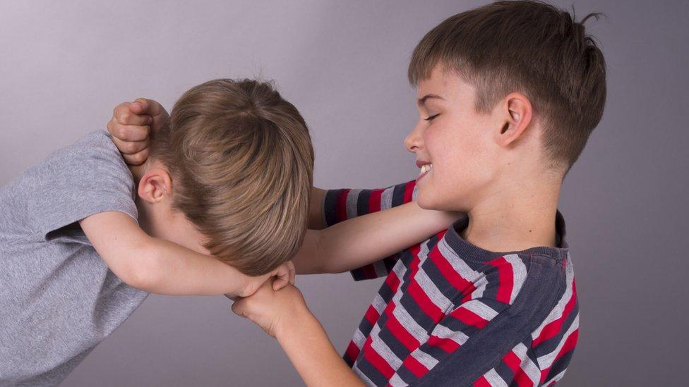 Dos niños peleándose