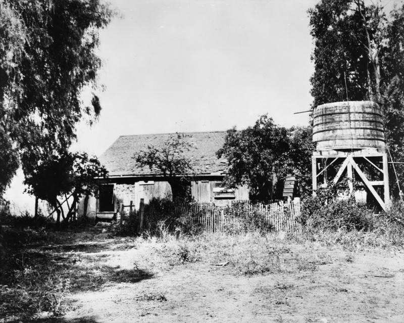 Fotografía que muestra una casa de adobe dentro del Rancho Rodeo de las Aguas.