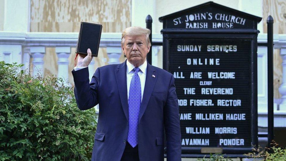 ترامب يقول إنه يدافع عن المسيحية.