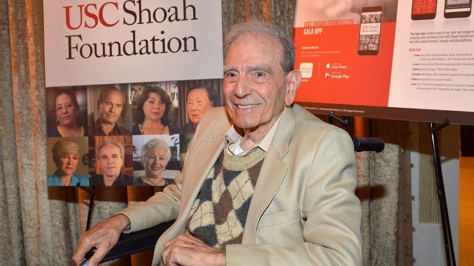 Dario Gabbai hablando en la USC Shoah Foundation