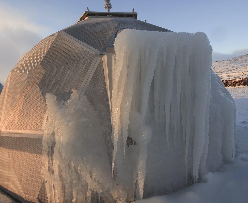 Sitio de inyección en forma de iglú cubierto de nieve