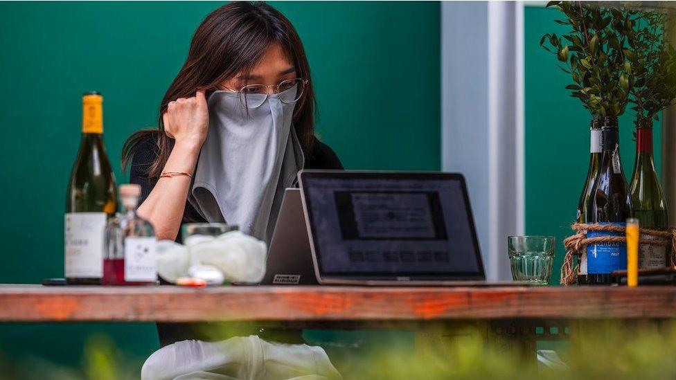 maske takan bir kadın.