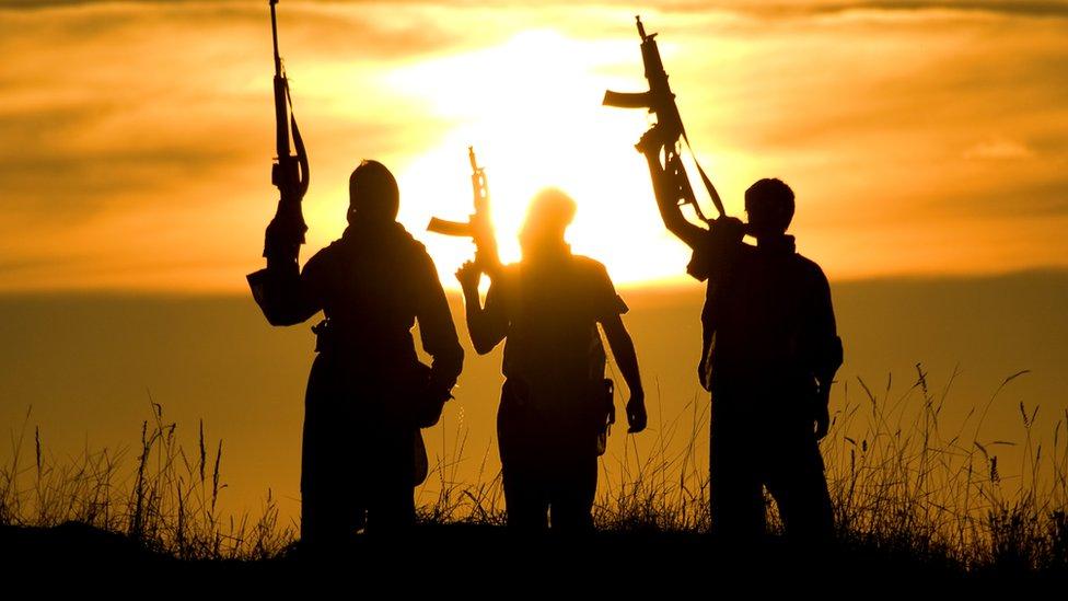 Tres militares armados.