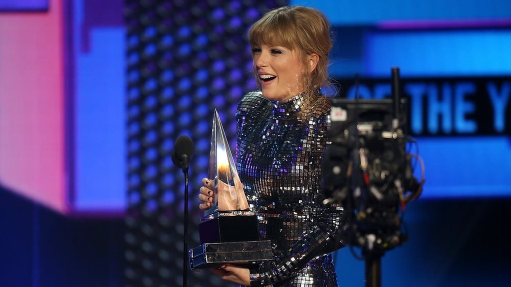BBC News - Taylor Swift breaks all-time American Music Awards record