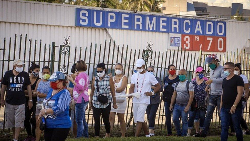 在哈瓦那的一個超市外,人們排隊用美元購買物品。