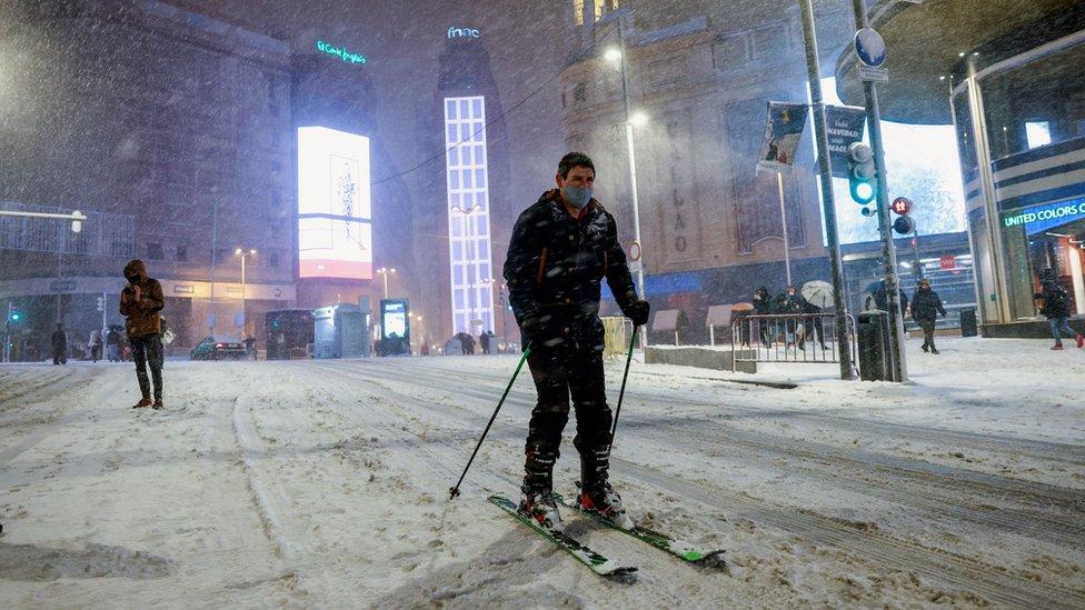 čovek na skijama u madridu