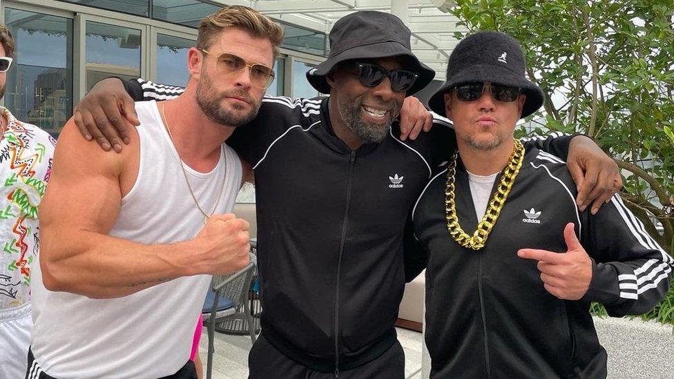 """""""雷神""""影星克里斯·漢斯沃(Chris Hemsworth,基斯·鹹士禾夫)、伊德里斯·艾爾巴(Idris Elba,艾德里斯·艾巴)和馬特·戴蒙在悉尼一個派對上。"""
