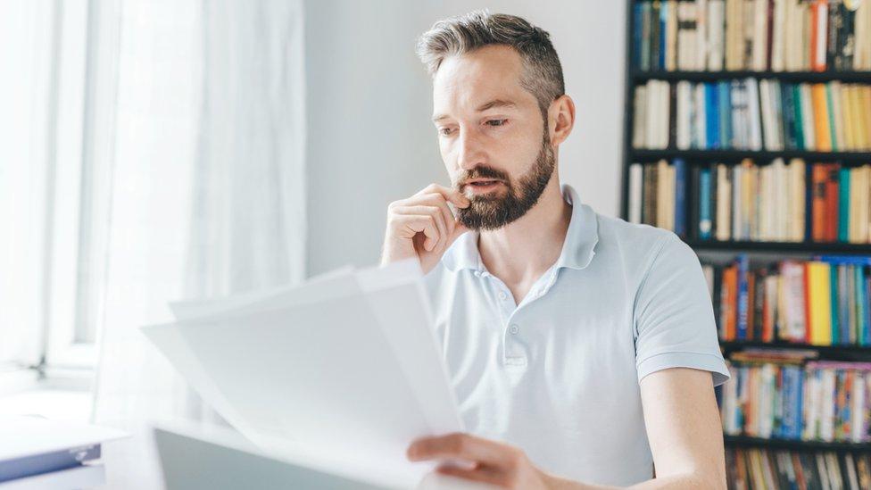 Hombre leyendo un documento