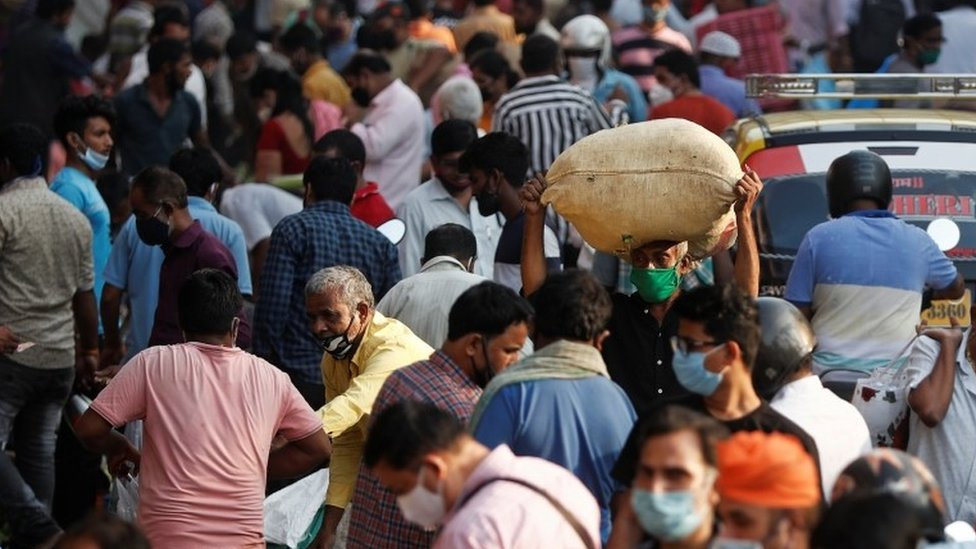 الناس في سوق مزدحمة وسط انتشار مرض كوفيد 19 في مومباي، الهند . 29 أكتوبر/تشرين الأول 2020.