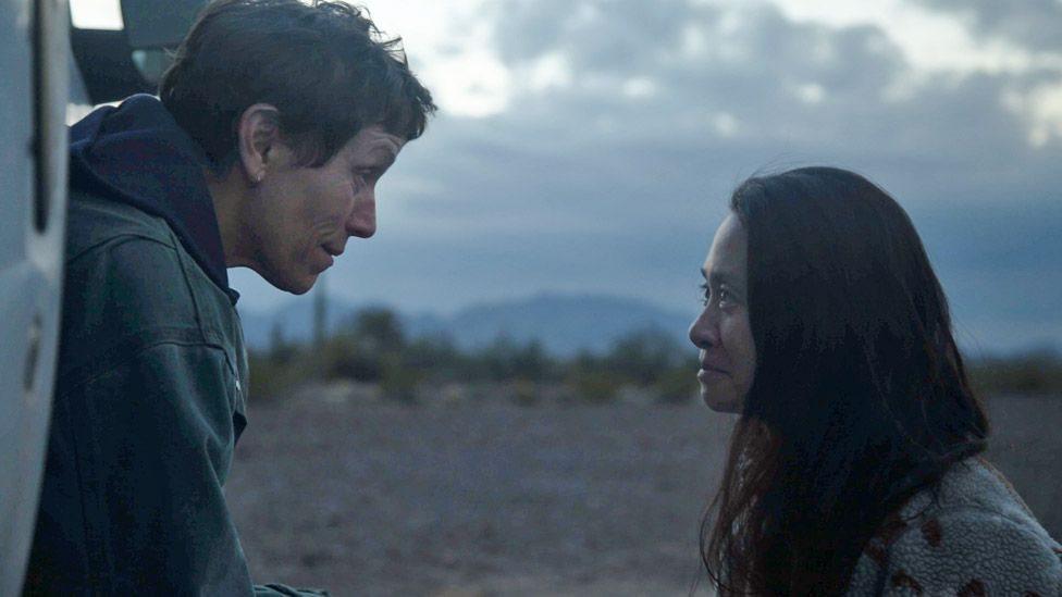"""La actriz protagonista de """"Nomadland"""", Frances McDormand, junto a su directora, Chloe Zhao."""