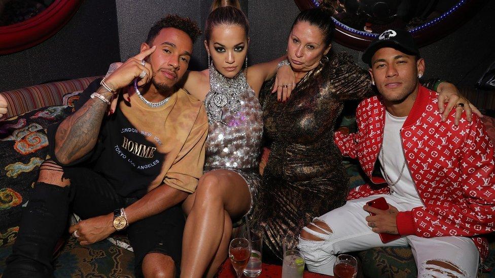 Lewis Hamilton, Rita Ora, una invitada y Neymar en la fiesta Miu Miu LOVE en Loulou's el 18 de septiembre de 2017 en Londres, Inglaterra.
