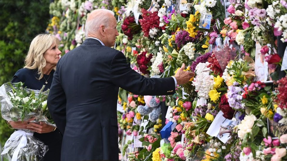 El presidente Joe Biden y su esposa Jill visitaron este viernes el memorial en honor a las víctimas de Surfside.