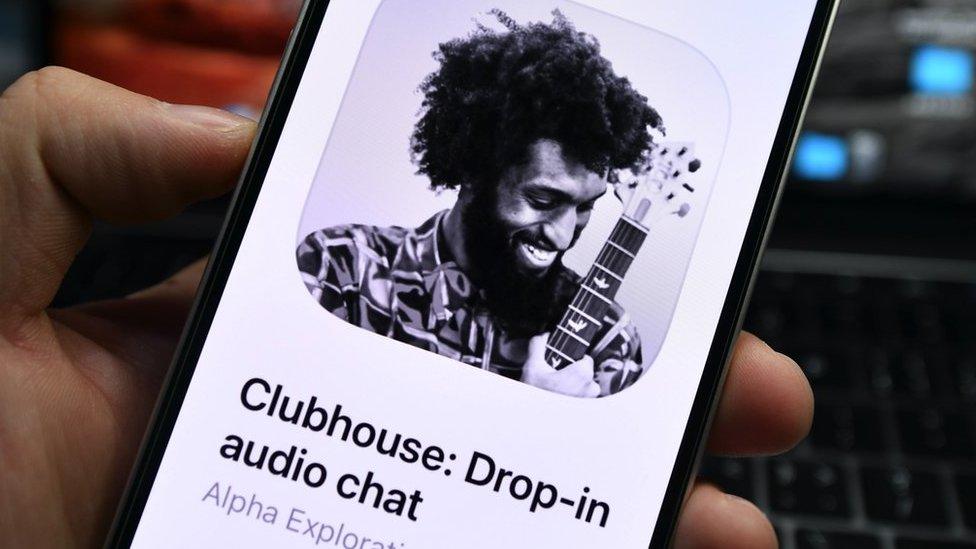 """اكتسب تطبيق """"كلوب هاوس"""" للدردشة الصوتية شعبية واسعة بعد تغريدة لملياردير الأمريكى إيلون ماسك يعلن فيها استخدامه."""