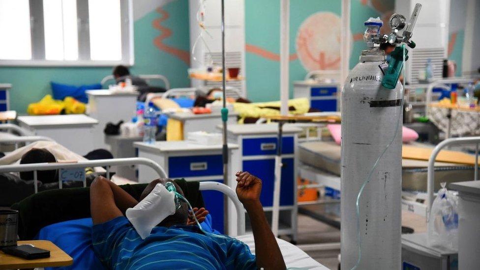 Un paciente recibe terapia con oxígeno en Lagos.