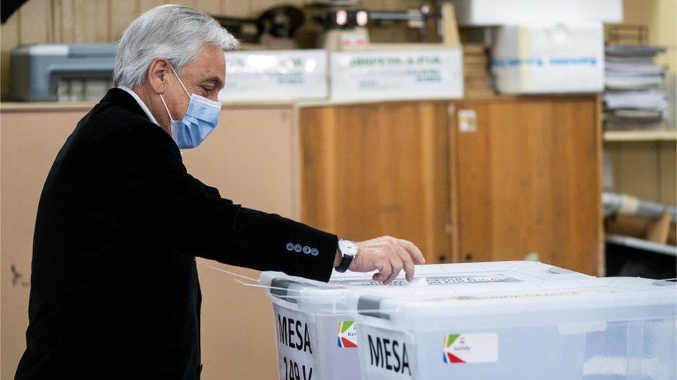 El presidente de Chile, Sebastián Piñera, depositando su voto durante el plebisicito