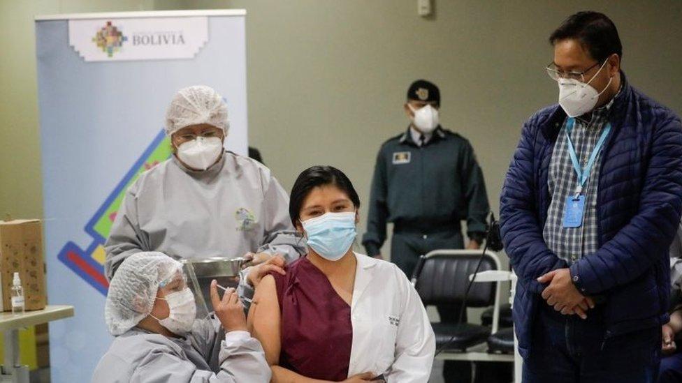 Mujer es vacunada en Bolivia