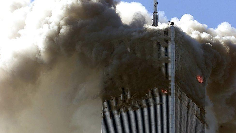 Severni toranj Svetskog trgovinskog centra u plamenu posle udara otetog aviona, 11. septembar 2011.