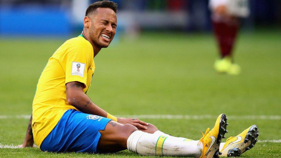 Otra de las caras de Neymar durante el partido contra México.