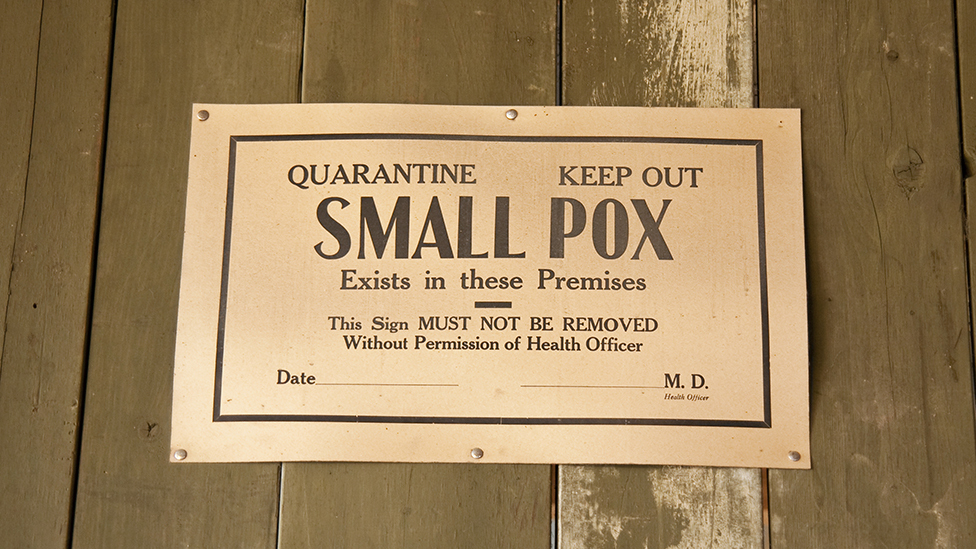Los enfermos de viruela eran aislados y vacunados junto con todas las personas que habían tenido contacto con él.
