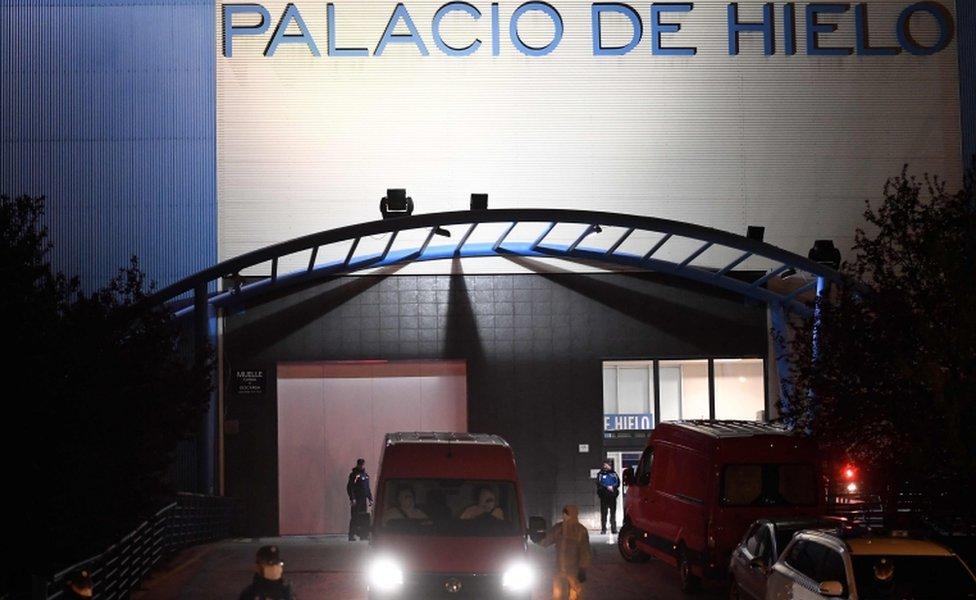 وصول أول الجثث إلى مركز بالاسيو دي هييلو للتزلج الذي تحول إلى ثلاجة لحفظ الموتى