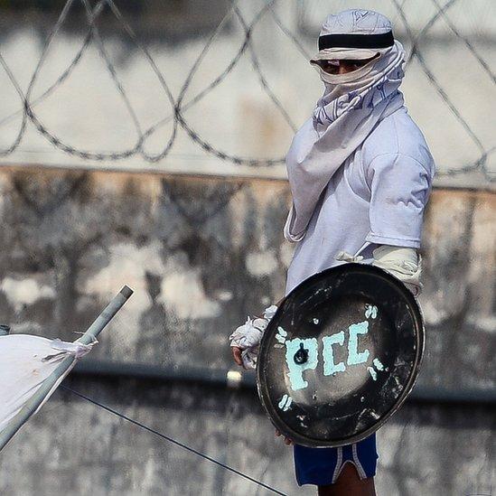 """Preso con cartel de """"PCC"""""""