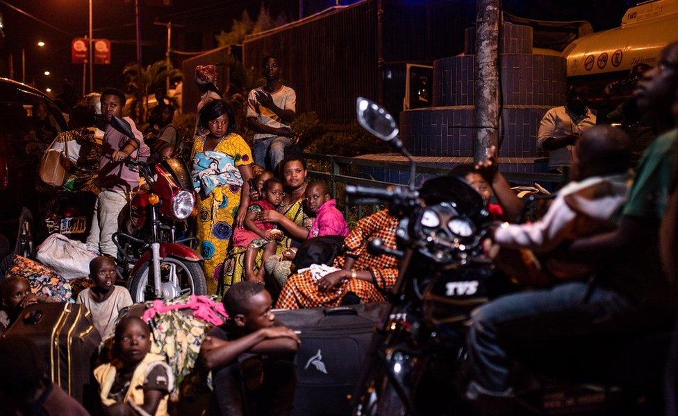 Gente en la noche cerca del volcán, RD Congo