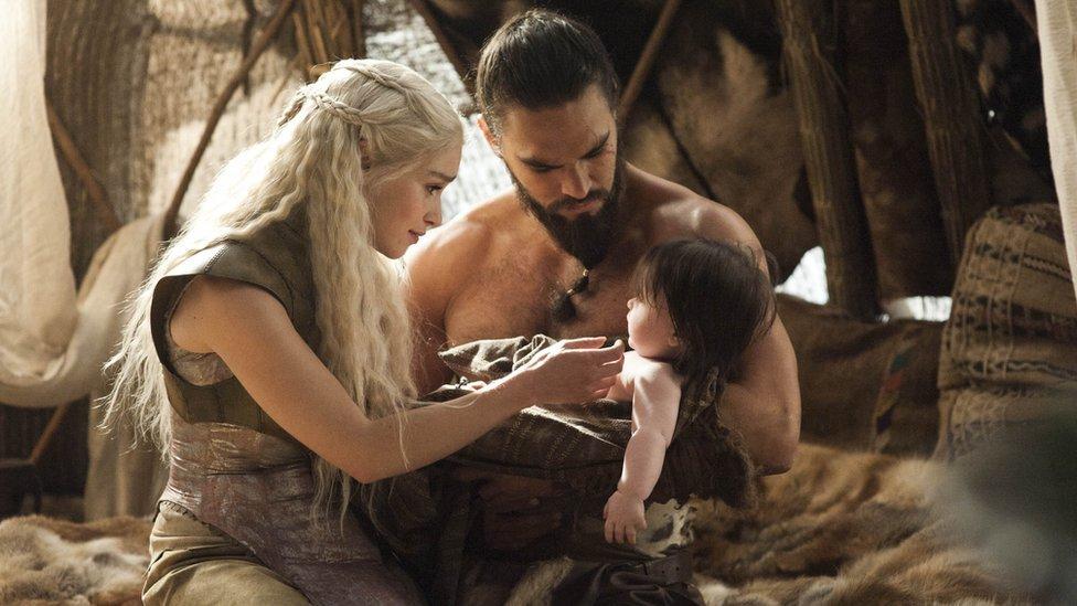 Emilia Clarke caracterizada de Daenerys Targaryen y Jason Momoa de Drago