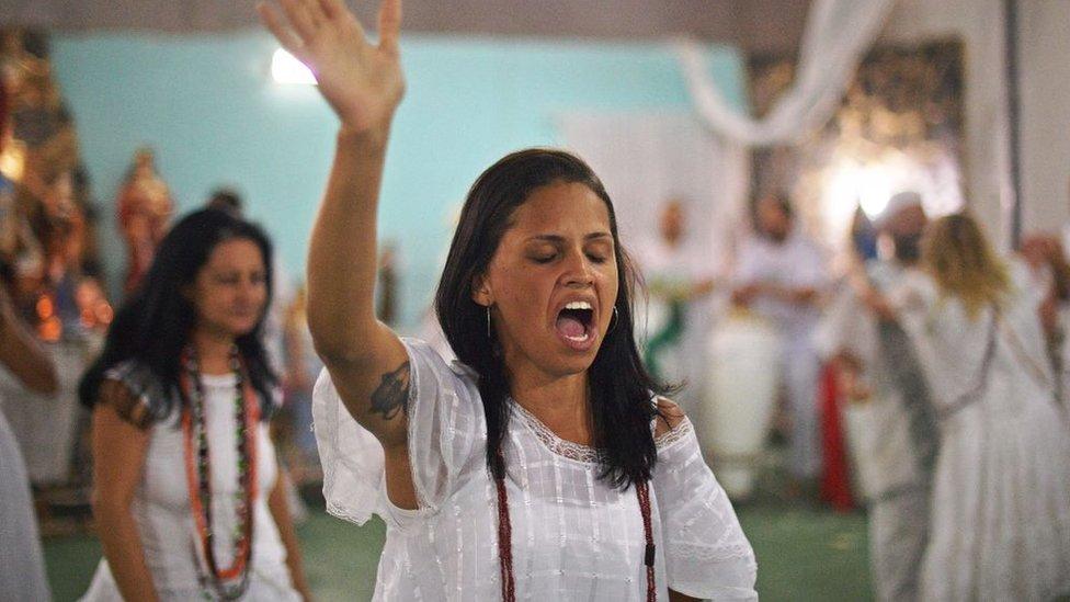 Mujer practicante de umbanda festejando.