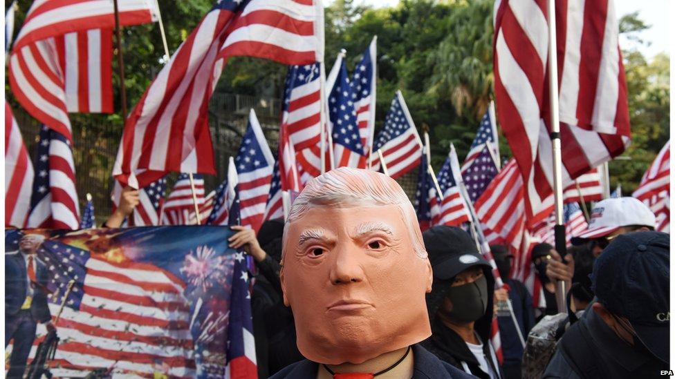 有示威者感謝美國簽署法案支持香港。