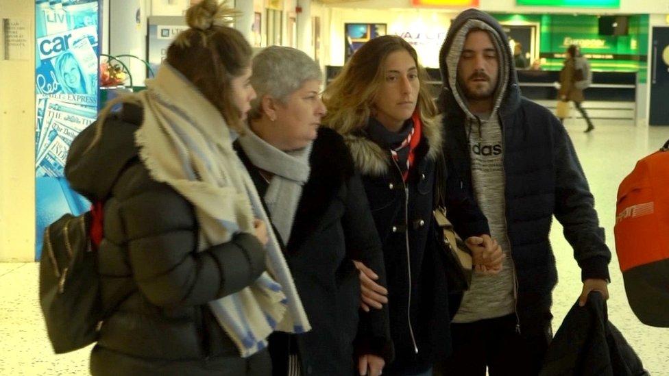 Familiares de Sala llegando al aeropuerto de Guernsey.