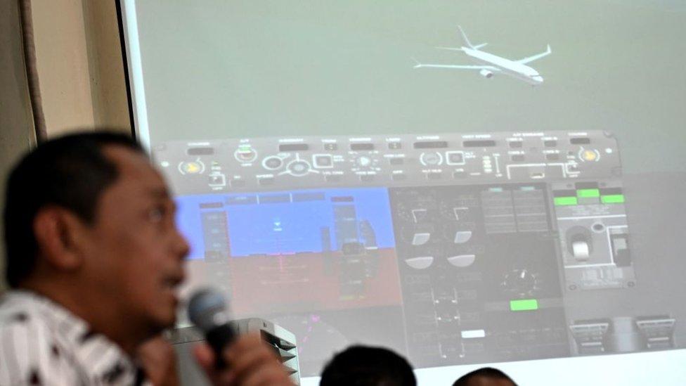 報告發現,在事故航程前駕駛艙就曾出現問題,該架飛機就應該停飛