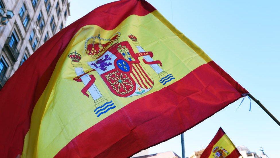 Bandera española durante manifestaciones en Cataluña.