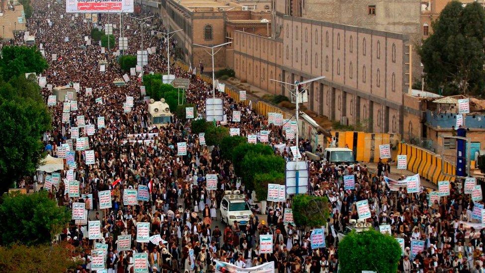 مظاهرة في صنعاء للاحتجاج على الحصار الذي فرضه التحالف السعودي على اليمن، في 26 فبراير/شباط 2021