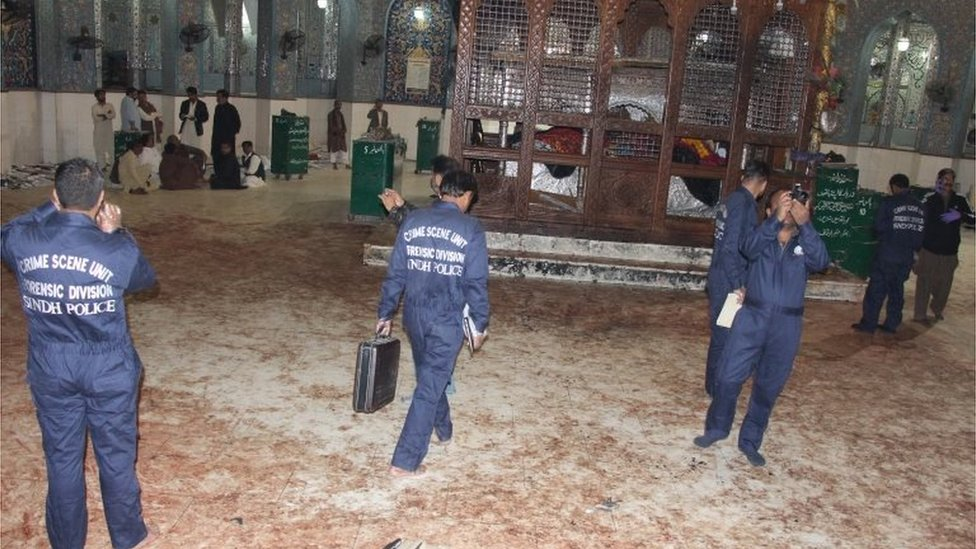 Penyerang menyerbu saat jamaah sedang melakukan tarian suci: