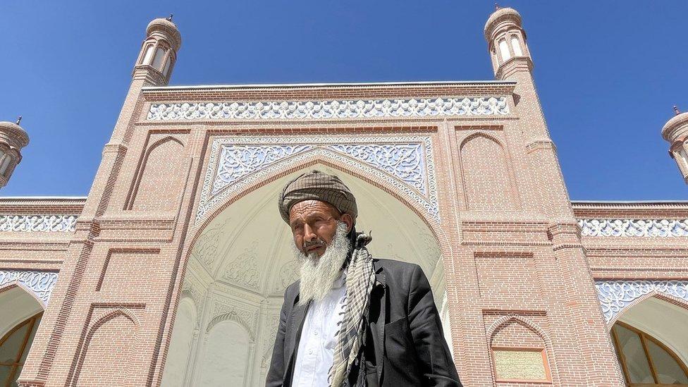 رجل يقف خارج مسجد عيد غاه