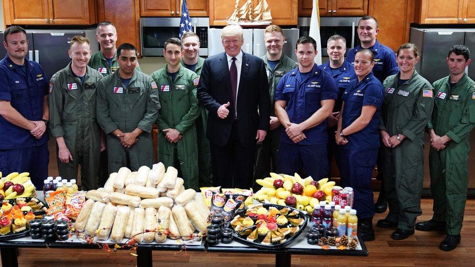 Tramp sa pripadnicima obalske straže.