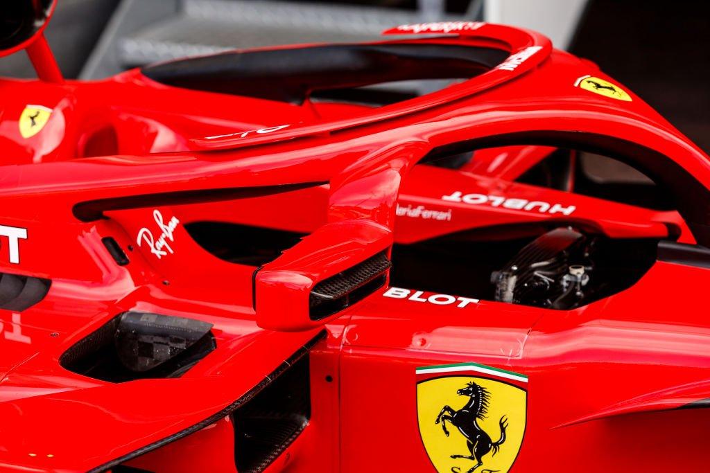 """Un auto de Ferrari con el """"halo"""" protector"""