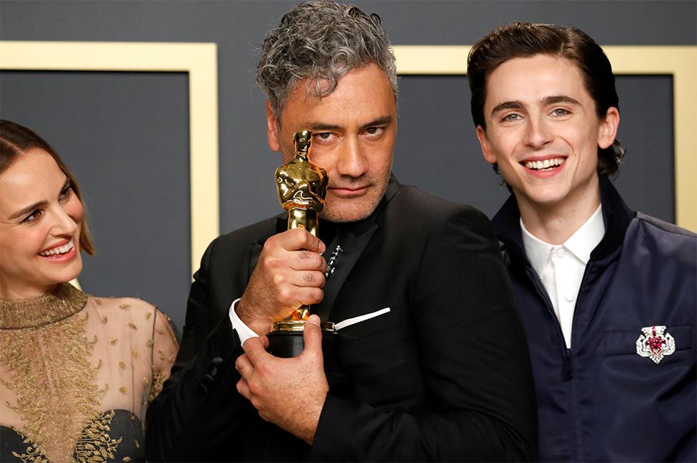 Taika Waititi con su Oscar