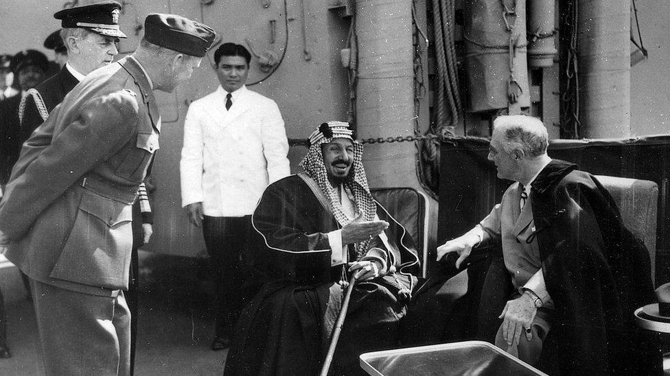 El fundador de Arabia Saudita, el rey Abdulaziz y el presidente Roosevelt.